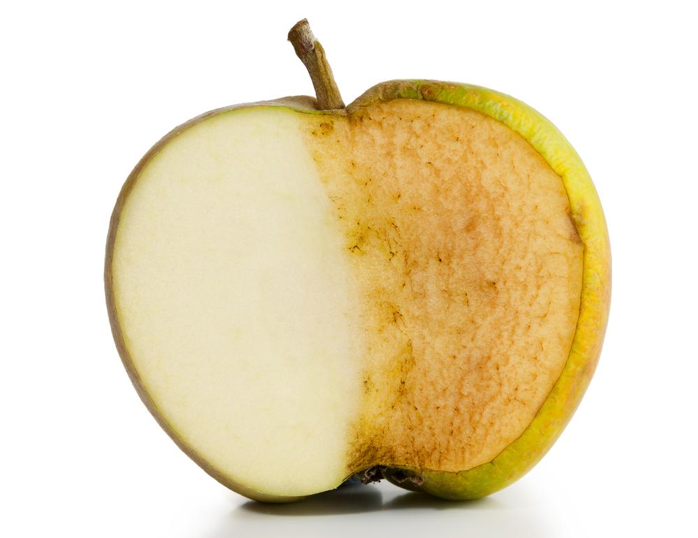 yarısı taze, yarısı kararmış yeşil elma